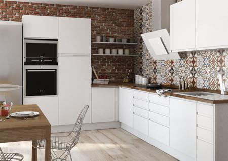 Una cocina luminosa y actual los muebles blancos son