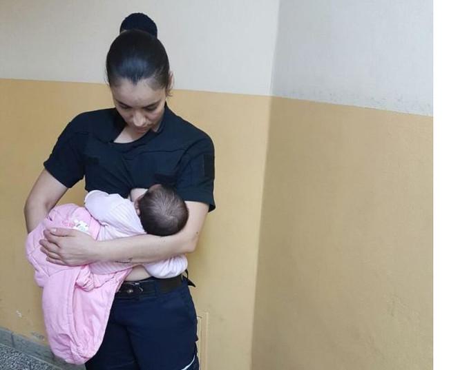 policia-amamanta-a-un-bebé