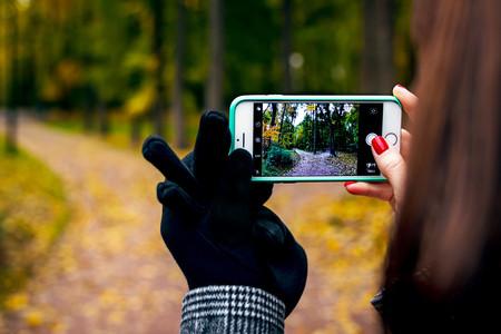 Una adolescente sostiene un teléfono móvil