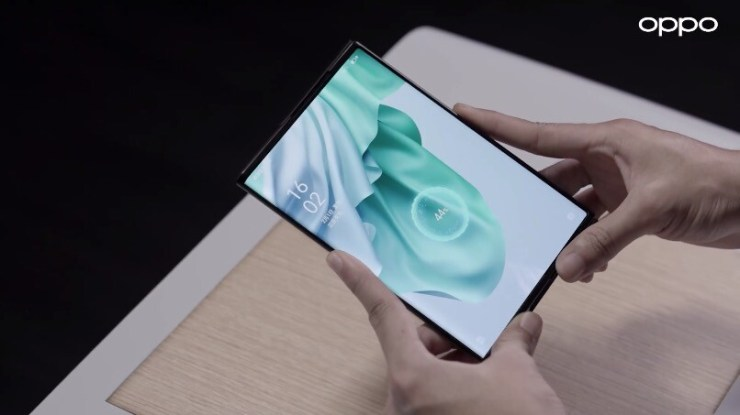 OPPO presenta su carga inalámbrica sin contacto, Wireless Air Charging, mostrándolo con su dispositivo enrollable