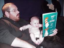 """Педагог из Иллинойса Майк Перлмутер с дочкой, а в руках """"Кот в шляпе"""" на идише"""