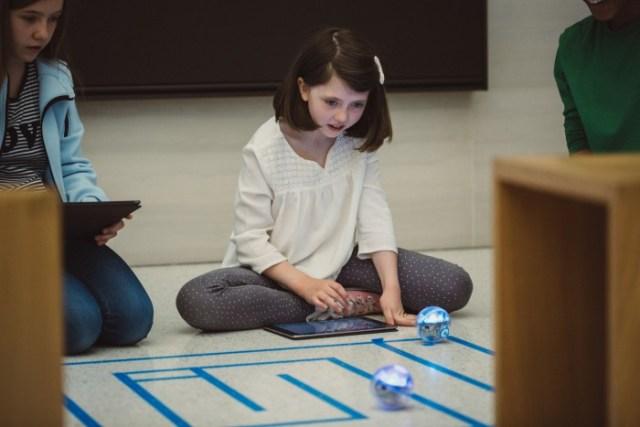 swift_playgrounds_children_playing_robots