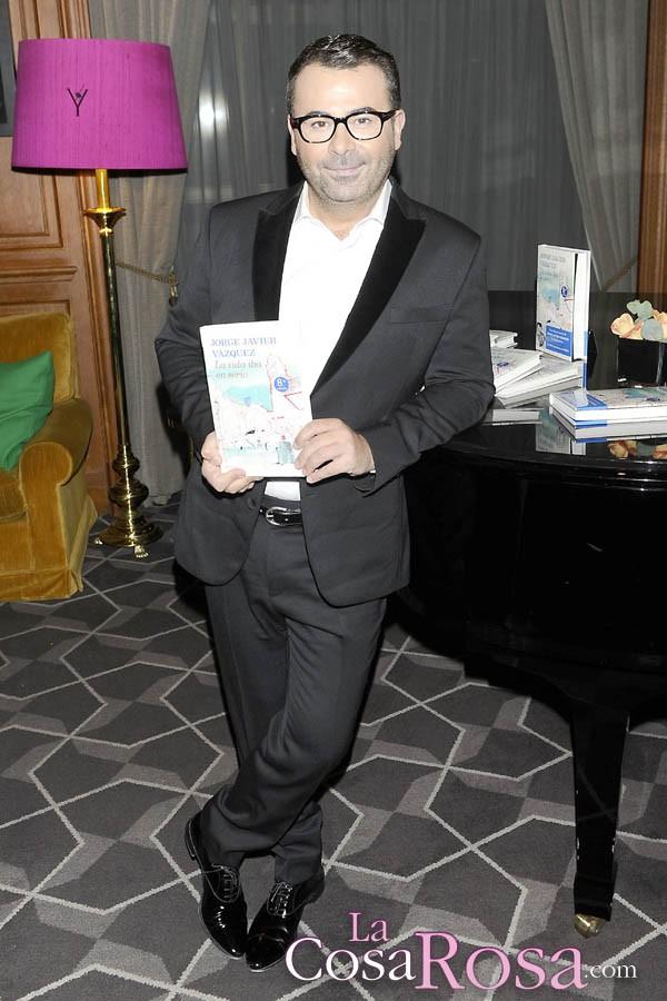 Jorge Javier Vázquez homenajeado por las ventas de su libro