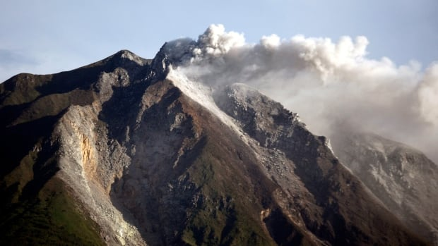 Indonesia S Mount Sinabung Erupts Forcing 6 000 To Flee