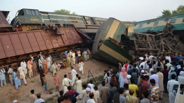 Two Pakistan trains collide, killing 2 and injuring 100 க்கான பட முடிவு