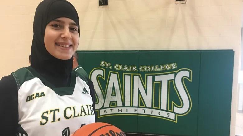 فريق كرة السلة النسائي في كلية سانت كلير ، نور بزي هي أول امرأة ترتدي الحجاب في تاريخ الفريق. حقوق الصورة:(Stacey Janzer/CBC