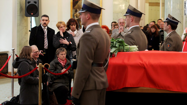 Mourners pay their respects to the late Polish president and first lady at the Presidential Palace in Warsaw, April 13, 2010.