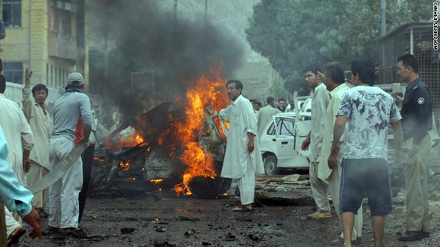 Los residentes locales se reúnen en el sitio de una explosión de coche bomba en Quetta, Pakistán, el miércoles.