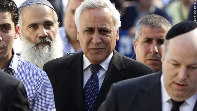Former Israeli president Moshe Katsav (C) arrives at the district court in Tel Aviv on March 22, 2011.