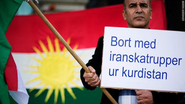"""Un hombre kurdo tiene """"las tropas iraníes de Kurdistán una pancarta durante una protesta en Suecia el 3 de septiembre de 2011."""