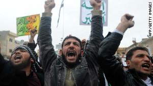 السوريون يتظاهرون ضد النظام بعد صلاة الجمعة في مدينة ادلب شمال سوريا في 17 فبراير. النشطاء الذين يعملون ضد النظام لديهم الآن ما يدعو للقلق من برامج الكومبيوتر الضارة التي يمكن أن تعرض أنشطتهم وحياتهم للخطر .