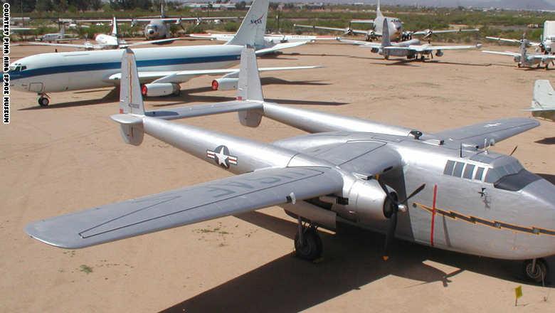 """طائرة """"فير تشايلد سي 82 باكيت"""" وهي طائرة لحمل البضائع والتي استخدمتها القوات الجوية الأمريكية بعد الحرب العالمية الثانية"""