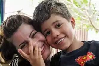 Fonoaudióloga, Sandra Bacelar é também uma das terapeutas do filho, Enzo: muita dedicação e comemoração a cada nova conquista do pequeno(foto: Barbara Cabral/Esp. CB/D.A Press)