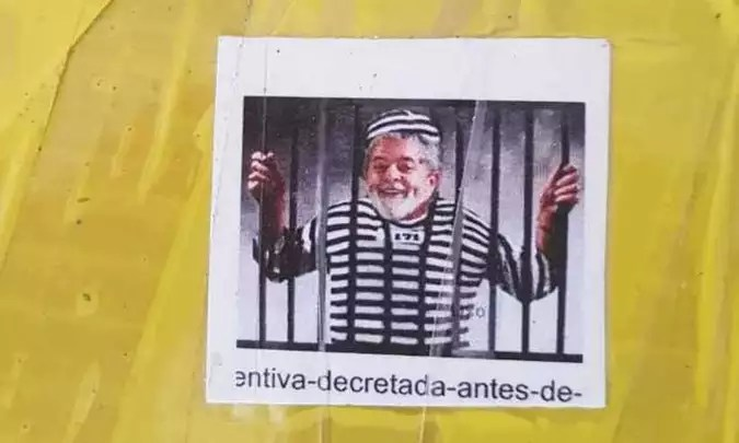 Foto impressa com montagem de Lula preso estava em 67 tabletes de maconha apreendidos (foto: Reprodução/Redes Sociais))