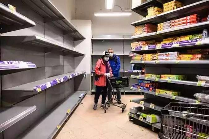 Pessoas em Hong Kong correram aos supermercados para comprar papel higiênico após falsas alegações on-line de escassez.(foto: Philip FONG / AFP)