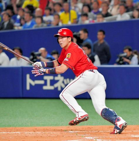 4回、適時二塁打を放つ野間(撮影・吉澤敬太)