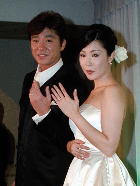 結婚披露宴を行った西城秀樹さんと美紀夫人=2001年7月7日
