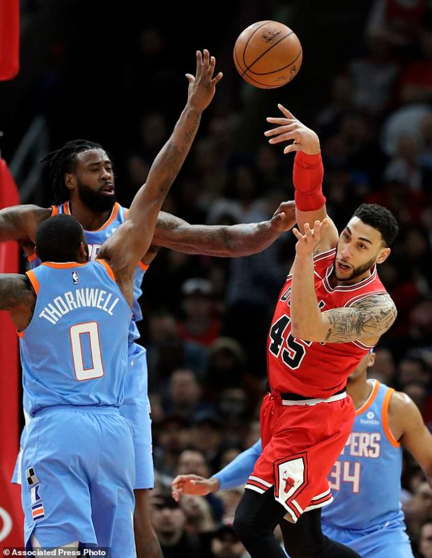 Chicago Bulls guard Denzel Valentine, right, passes against Los Angeles Clippers forward Sindarius Thornwell (0) and center DeAndre Jordan during the first half of an NBA basketball game, Tuesday, March 13, 2018, in Chicago. (AP Photo/Nam Y. Huh)