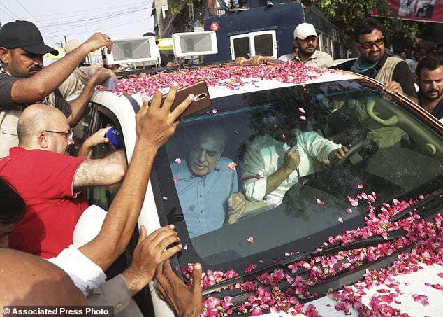 Shahbaz Sharif, assis en voiture à gauche, le frère de l'ancien Premier ministre pakistanais Nawaz Sharif part à l'aéroport de Lahore, au Pakistan, vendredi 13 juillet 2018. L'ancien Premier ministre Nawaz Sharif sera emmené par hélicoptère à Islamabad, la capitale fédérale Quand il revient vendredi au Pakistan de Londres pour faire face à une peine de prison de 10 ans sur des accusations de corruption, les fonctionnaires anti-corruption ont dit. (Photo AP / K.M. Chaudary)