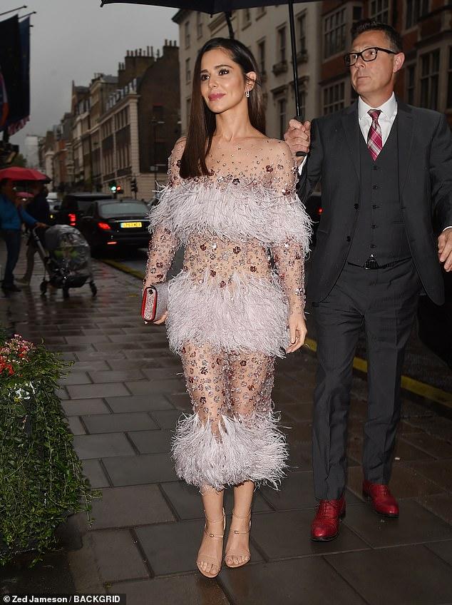Dazzling: Angezogen, um für die Gelegenheit zu beeindrucken, sickerte die erstaunliche Sängerin Glamour in einem reinen nackten Kleid mit kühnen gefiederten Tafeln