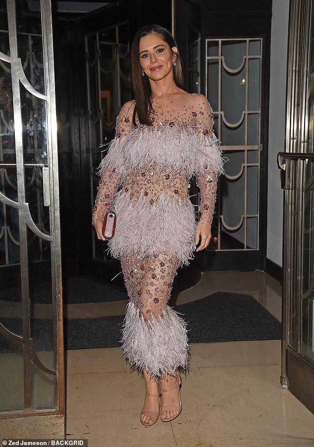 Dressed to impress: d Cheryl sorgte dafür, dass alle Augen auf sie gerichtet waren, als sie am Samstag zur Hochzeit eines Freundes in London ging, gekleidet in ein auffälliges schlichtes Kleid