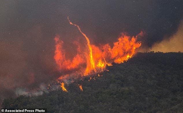 Das Heilige Feuer brennt im Cleveland National Forest hinter Häusern am Crystal Ridge Court in Lake Elsinore, Kalifornien, Mittwoch, 8. August 2018. (Mark Rightmire / The Orange County Register über AP)