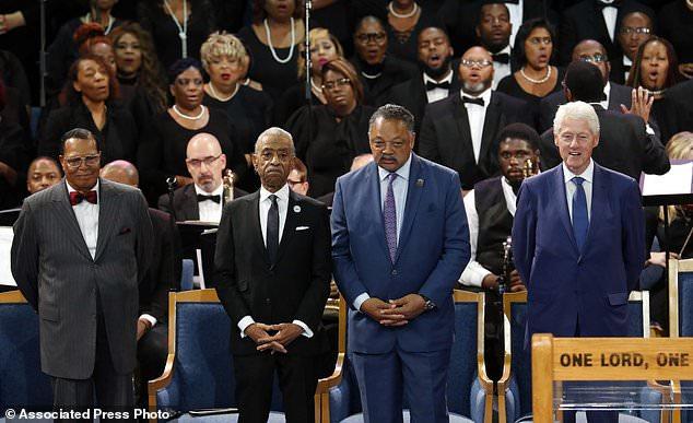 Louis Farrakhan, de gauche à droite, le révérend Al Sharpton, le révérend Jesse Jackson et l'ancien président Bill Clinton, assistent au service funèbre d'Aretha Franklin à Greater Grace Temple, le vendredi 31 août 2018, à Detroit. Franklin est décédé le 16 août 2018 d'un cancer du pancréas à l'âge de 76 ans. (AP Photo / Paul Sancya)