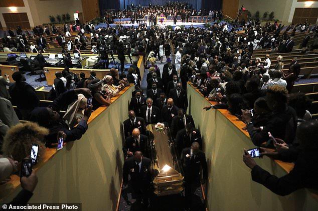 Des porteurs transportent le cercueil du temple de la Grande Grâce à la fin des funérailles d'Aretha Franklin, le vendredi 31 août 2018, à Detroit. Franklin est décédé le 16 août 2018 d'un cancer du pancréas à l'âge de 76 ans. (AP Photo / Jeff Roberson)