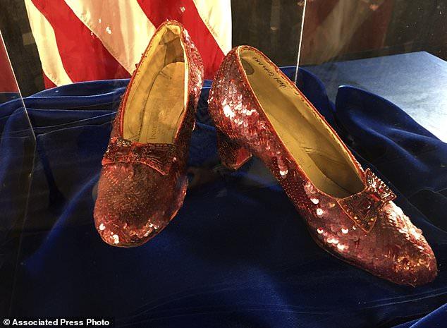 Les pantoufles de rubis portées autrefois par l'actrice Garland dans le «The Wizard of Oz» sont à nouveau exposées lors d'une conférence de presse mardi 4 septembre 2018