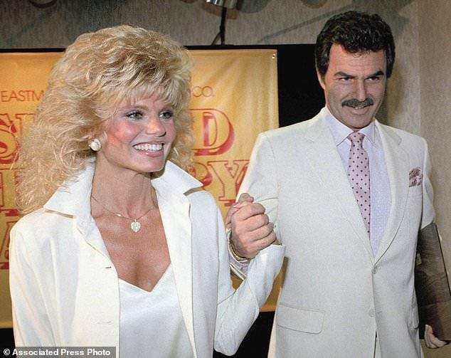 FILE - Dans cette photo d'archives du 27 mars 1987, Burt Reynolds, à droite, tient la main de Loni Anderson lors d'un déjeuner à Los Angeles. Reynolds, qui a joué dans des films dont