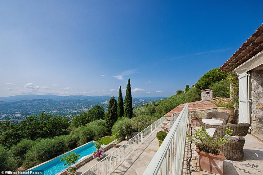 This property was recently reduced to 1.69 million euros from over two million by the British owners, who have moved back to London