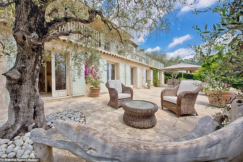 The villa offers stunning panoramic countryside views from the Saint Cassien lake down to the sea