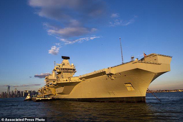 The HMS Queen Elizabeth, Britain's largest warship, still near Lower New York Bay, Saturday 20 October 2018, in New York. (AP Photo / Eduardo Munoz Alvarez)