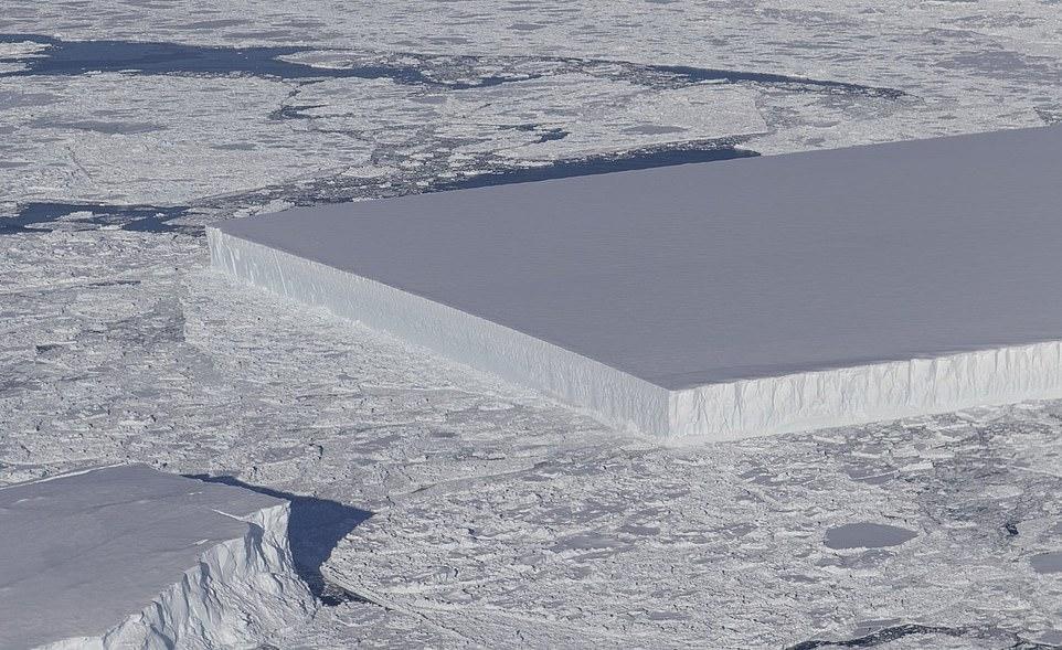 """El original """"monolito"""" rectangular se vio cerca de la plataforma de hielo Larsen C, y los expertos de la NASA creen que los bordes afilados son evidencia de que puede haberse roto recientemente."""