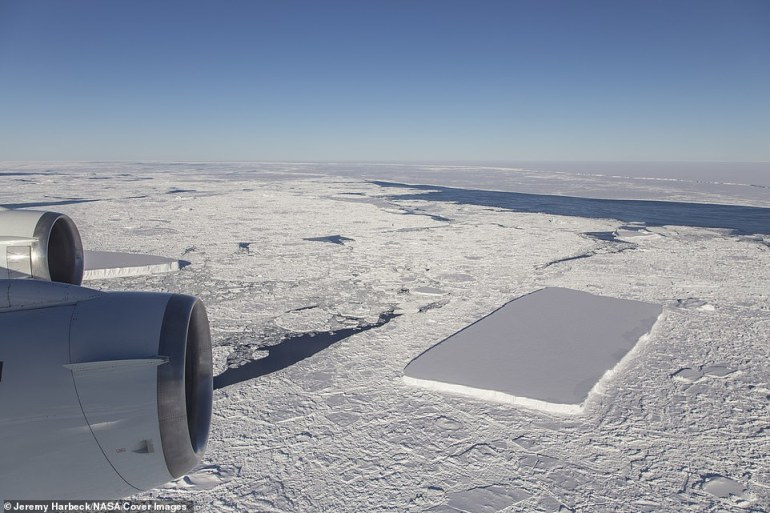 Gleich hinter dem ursprünglichen rechteckigen Eisberg, der hinter dem Außenborder sichtbar ist, sah IceBridge einen weiteren relativ rechteckigen Berg und den A68-Eisberg in der Ferne.