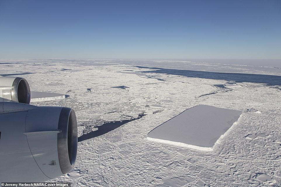 Justo después del iceberg rectangular original, que se puede ver desde detrás del motor externo, IceBridge vio otro iceberg relativamente rectangular y el iceberg A68 en la distancia.