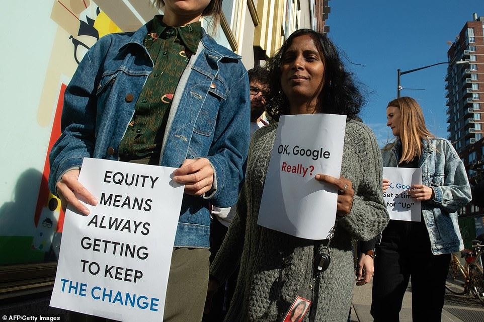 """Google-Mitarbeiter protestierten in New York mit Schildern mit der Aufschrift """"Eigenkapital bedeutet, die Veränderung immer aufrecht zu erhalten"""""""