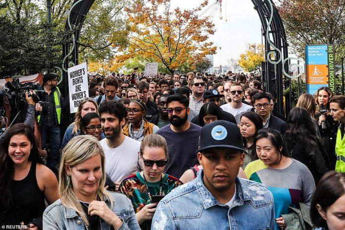 Eine große Menschenmenge versammelt sich in einem Park in der 14. Straße, nachdem sie am Donnerstag die Google-Büros in New York verlassen hatten