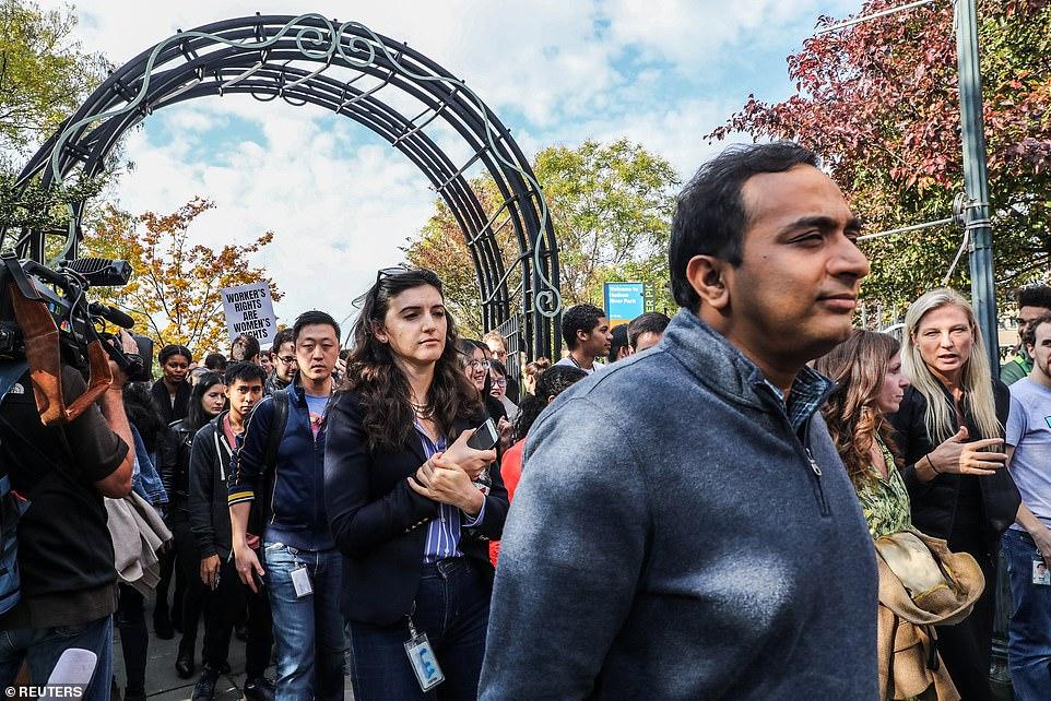 Demonstranten von Google gingen durch einen Bogen in einem 14. Street Park in New York City, um sich während ihres Streiks am Donnerstag zu versammeln