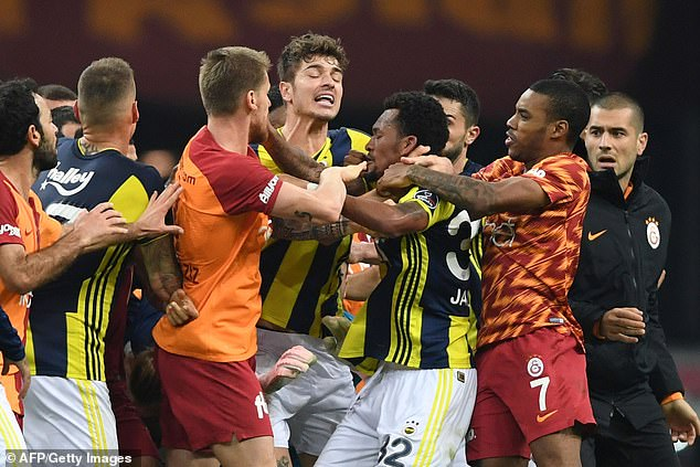 The Istanbul derby between Fenerbahce and Galatasaray was marred by chaotic scenes