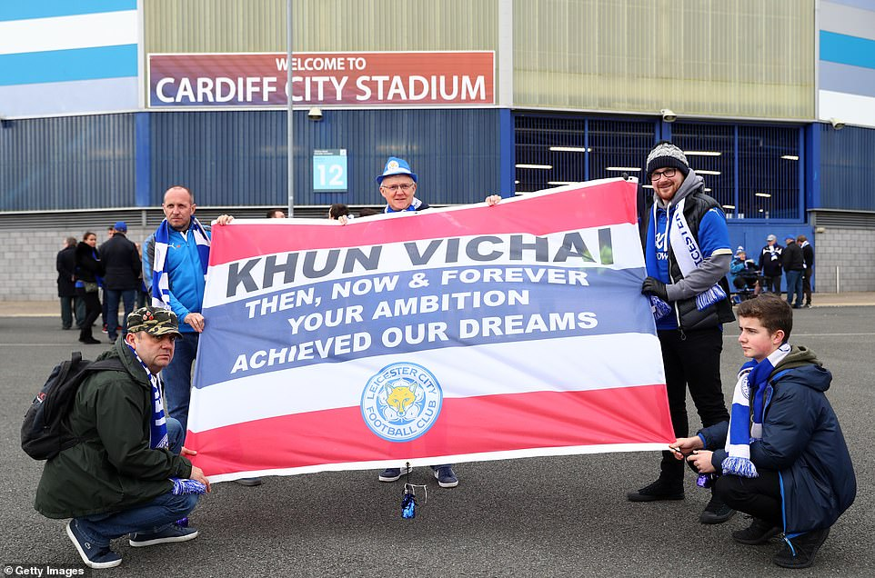 More Leicester supporters honor the life of their deceased leader by holding up a Thailand flag with an emotional message