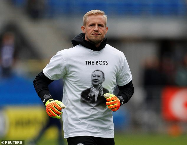 Flatterer wears a shirt in honor of Vichai Srivaddhanaprabha while warming up