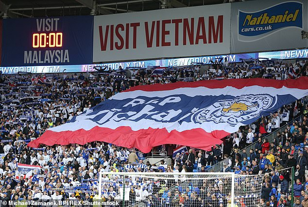 Foxes fans pass by a giant banner bearing the words & # 39; RIP Vichai & # 39; you can see