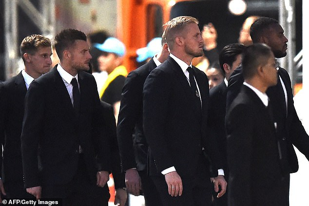 Leicester players like Jamie Vardy and Kasper Schmeichel arrive in Thailand