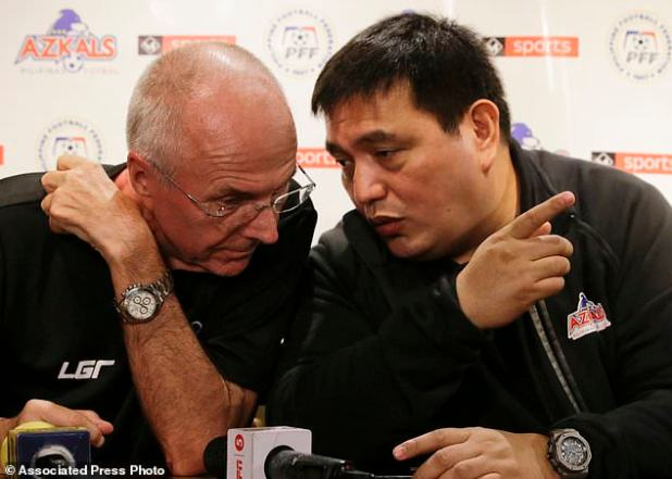 The head coach of the Philippines national football team, Sven-Goran Eriksson, left and team manager Dan Palami spoke at a press conference on Monday, November 5, 2018 in Manila, the capital of the Philippines. Erikkson, a former England team manager, is the Philippine team in the 2018 AFF Suzuki Cup of this month and the head coach at the Asian Cup next year. (AP Photo / Aaron Favila)