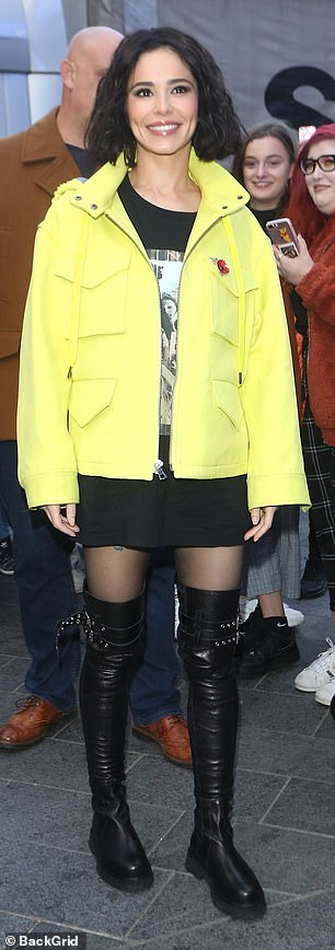 Whoa! In search of a natural beauty as always, the thirty-five suffered a rare failure of fashion when she arrived at the radio studio wearing a fluorescent yellow jacket that had the vibrations of the lady lollipop