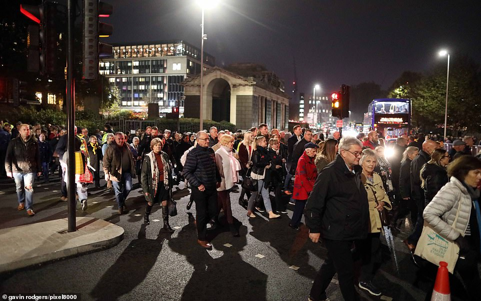 Une foule nombreuse traverse la route pour voir le spectacle du dimanche du souvenir à Tower Bridge ce soir