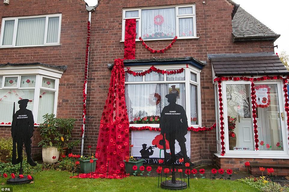 Une autre maison située sur Station Road, Aldridge à Walsall, qui s'est transformée en route de pavot: près de 100 maisons ont été décorées de 24 000 coquelicots rouges et de statues de soldats représentant les habitants qui ont perdu la vie durant la Première Guerre mondiale.