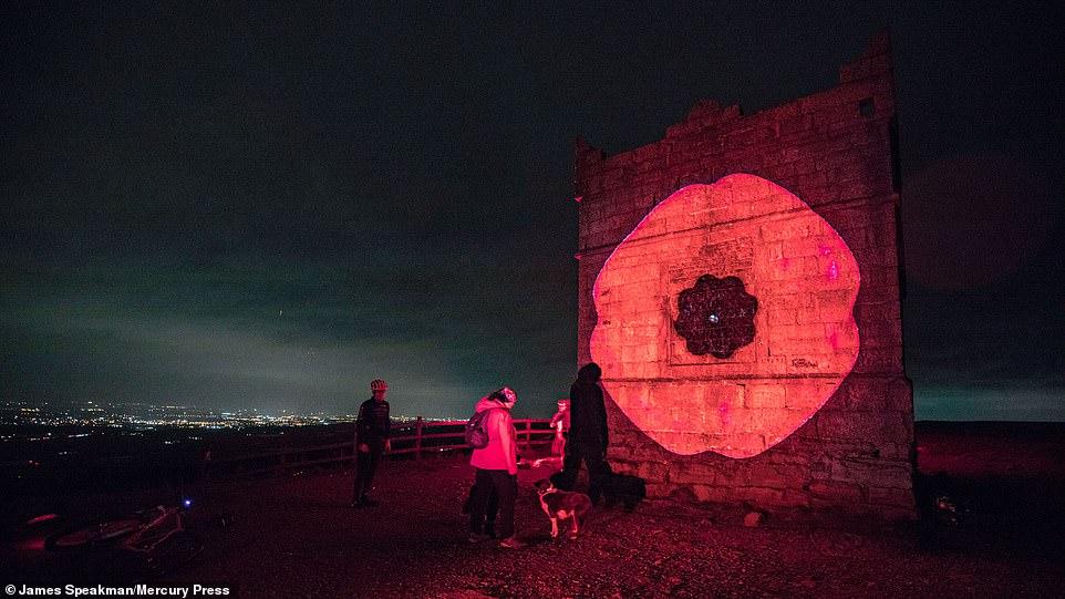 Rivington Pike, à Winter Hill, s'illumine ce soir avec l'image d'un coquelicot pour marquer l'armistice