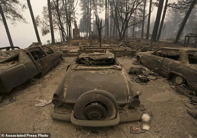 Am Freitag, dem 9. November 2018, in Paradise, Kalifornien, befinden sich drei von einem Lauffeuer zerstörte Autos in einem ausgebrannten Zuhause. Die Behörden haben bestätigt, dass mindestens sechs Menschen bei dem Feuer umgekommen sind, das mehr als 70.000 Hektar Land verbraucht und mindestens 2.000 Menschen zerstört hat Strukturen. (AP Photo / Rich Pedroncelli)